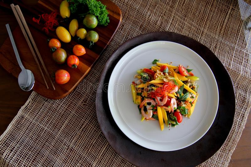Insalata vietnamita con il mango ed il gamberetto fotografia stock libera da diritti