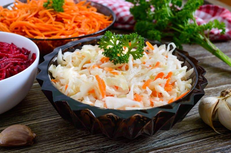 Insalate dagli ortaggi freschi: cavolo, carote, barbabietole Insalate piccanti coreane immagine stock