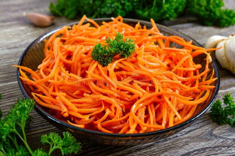 Insalate dalle carote fresche Insalata piccante coreana delle verdure in ciotola su una tavola di legno fotografia stock