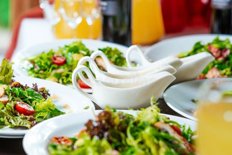 Insalate fresche sui piatti e sul sause fotografia stock libera da diritti