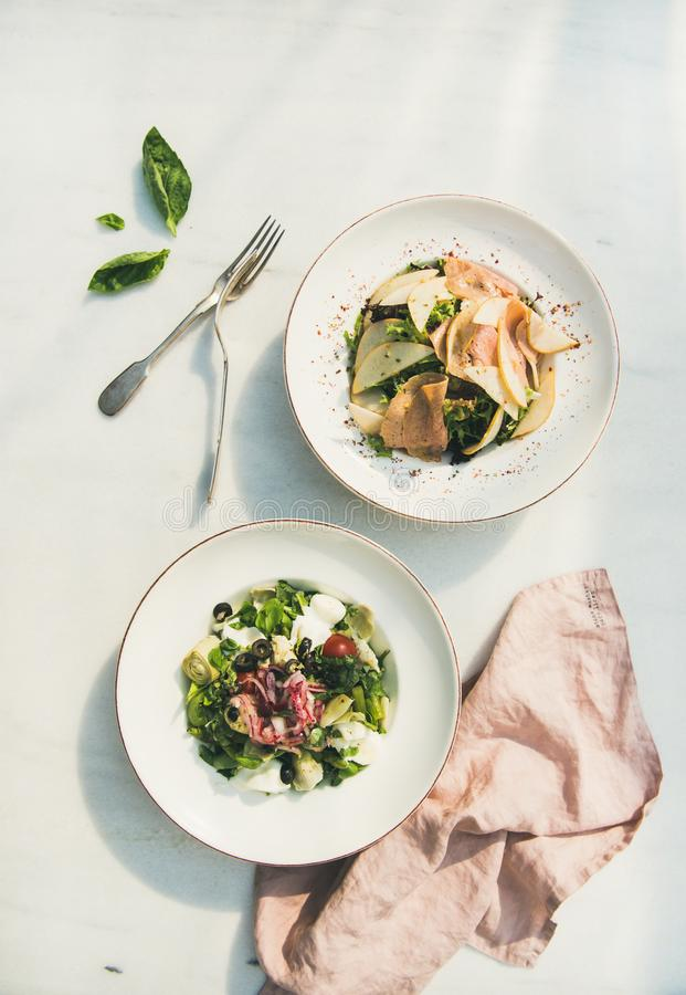 Insalate verdi fresche di estate in piatti bianchi, vista superiore fotografie stock libere da diritti