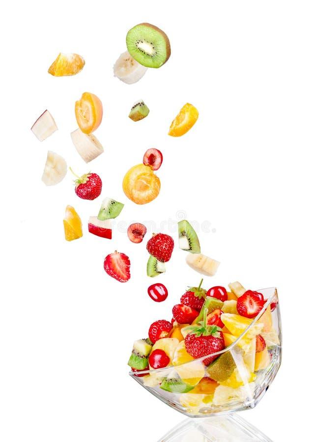 Insalatiera di vetro in volo con frutta fotografie stock libere da diritti