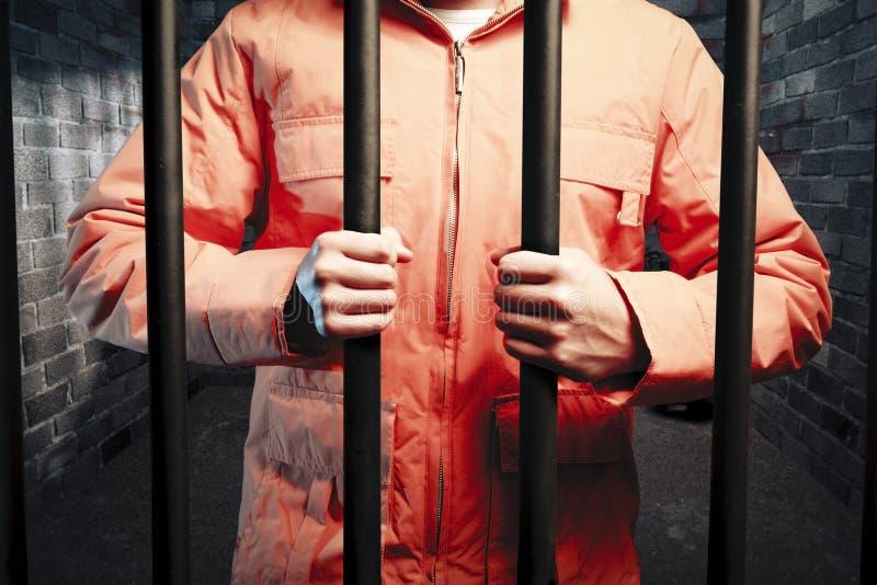 Insasse innerhalb der dunklen Gefängniszelle nachts stockfotografie