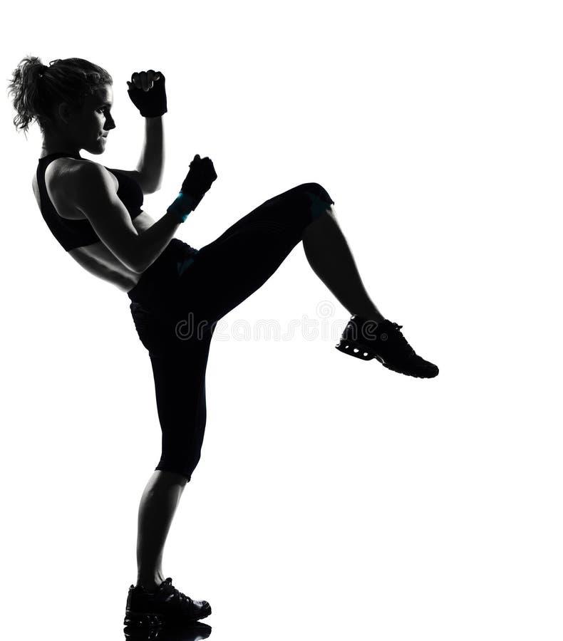 Inscatolamento kickboxing del pugile di posizione della donna fotografia stock