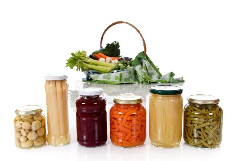 Inscatolato contro la verdura fresca. immagini stock libere da diritti