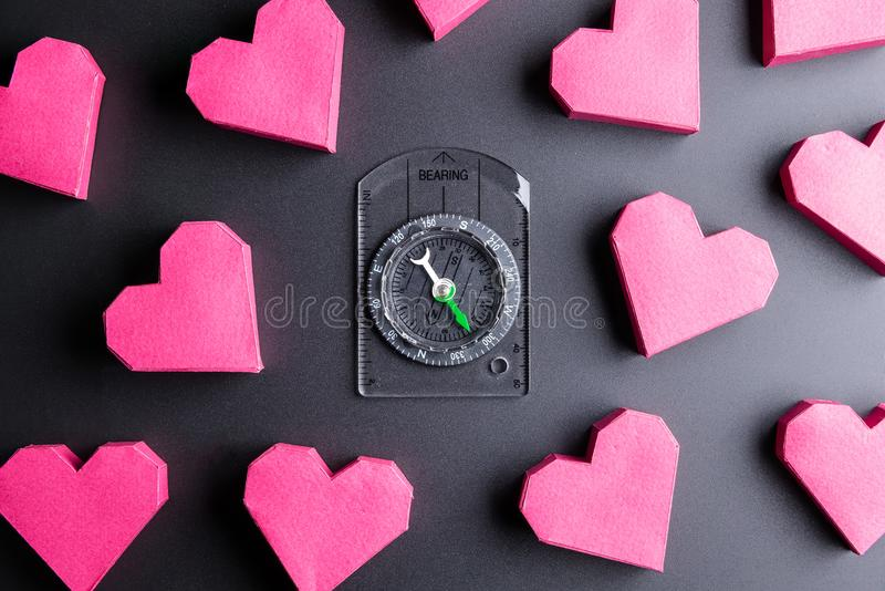 Inscatoli la forma e la bussola rosse del cuore su fondo nero con lo PS della copia immagine stock libera da diritti