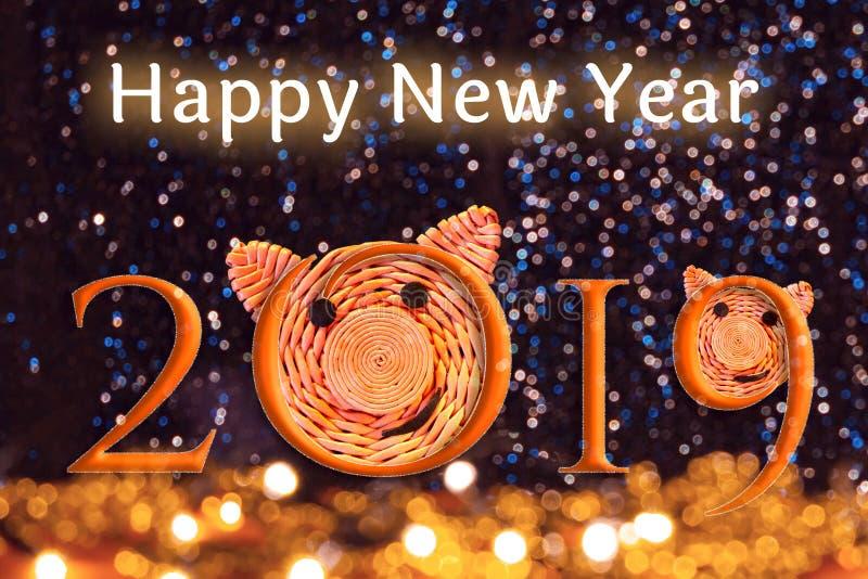 Inschrijving 2019 met de gezichten van varkens, het symbool van 2019 op de Chinese horoscoop en tekst Gelukkig Nieuwjaar tegen mo stock fotografie