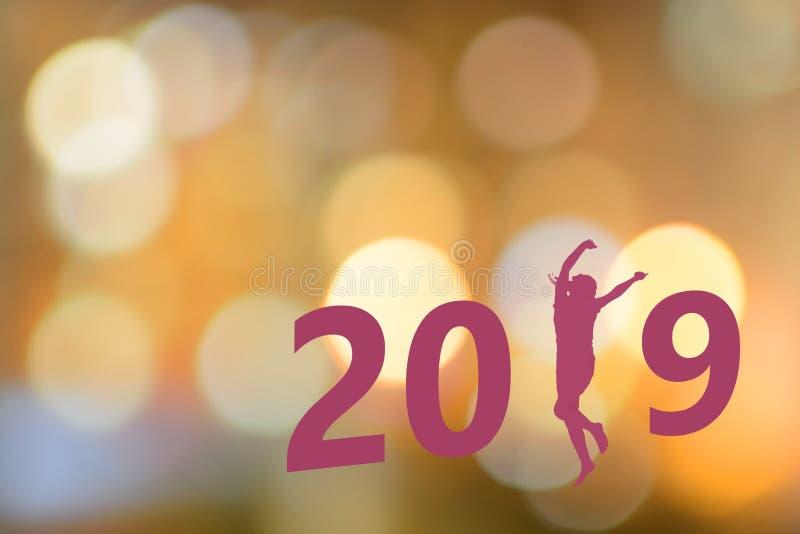 Inschrijving 2019 met een silhouet van een dansend meisje tegen een bokeh royalty-vrije stock foto
