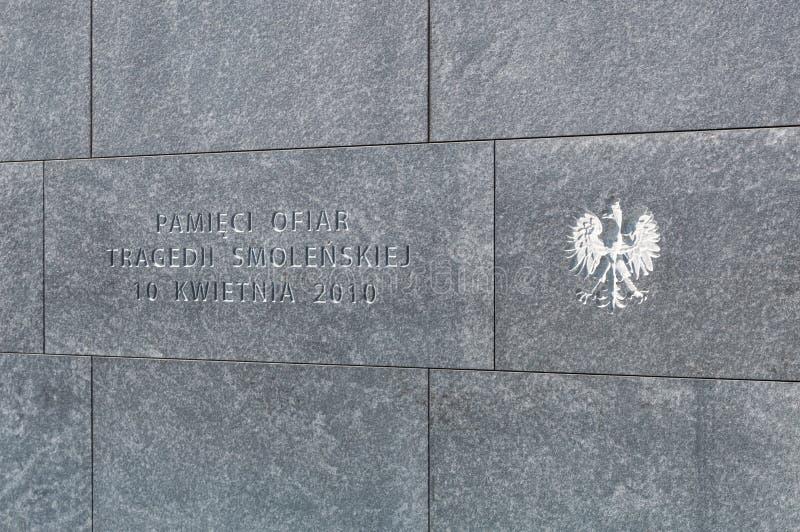 Inschrijving met wapenschild van Polen bij monument aan de slachtoffers van de luchtneerstorting van Smolensk van 2010 in Warshau royalty-vrije stock foto's