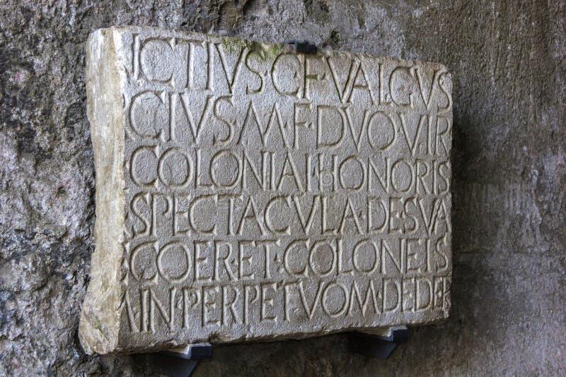 Inschrijving op de steen bij de ruïnes van Pompei royalty-vrije stock foto's