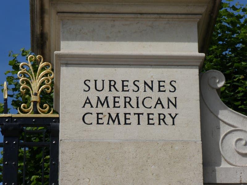 Inschrijving op een pijler bij de ingang aan de Amerikaanse Begraafplaats en het Gedenkteken van Suresnes, Frankrijk, 2019 stock afbeelding