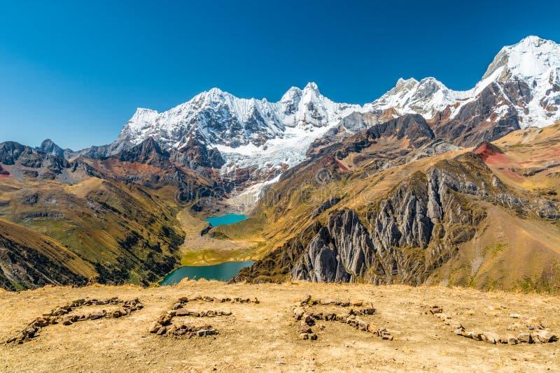 Inschrijving van Peru en de epische mening van Huayhuash-wandelingsroute aan Cordillera Huayhuash sneeuwden pieken achter Jahuaco stock afbeeldingen