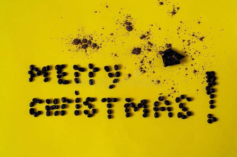 Inschrijving van vrolijke die Kerstmis, van de bonen van koffie wordt opgemaakt Chocoladeachtergrond met op gele texturecolor van vector illustratie