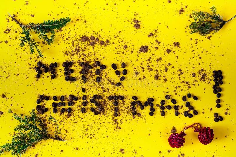Inschrijving van vrolijke die Kerstmis, van de bonen van koffie wordt opgemaakt Creatieve Chocoladeachtergrond - kleur van het ja stock illustratie