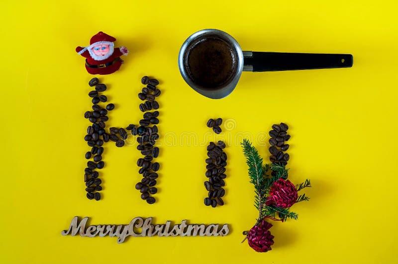 Inschrijving van vrolijke die Kerstmis en hallo, van de bonen van koffie wordt opgemaakt Creatieve achtergrond met koffie-kleur v royalty-vrije stock foto