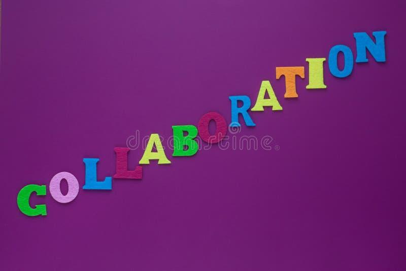 """Inschrijvings†""""samenwerking Een woord het schrijven tekst die concept samenwerking tonen die van de verschillende brief van de  stock afbeeldingen"""