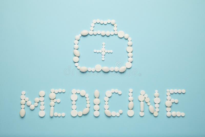 Inschrijvingsgeneeskunde van een reeks van pillen en de zak van een arts met een kruis, ziekenwagen stock foto