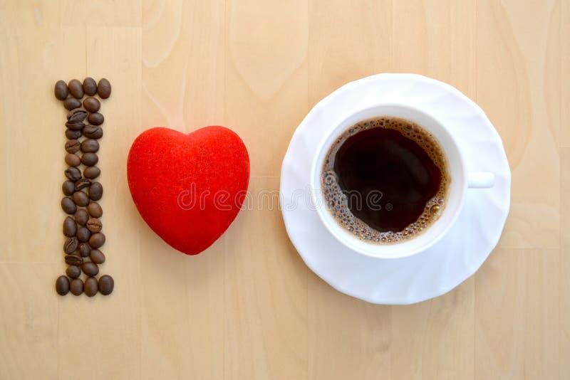 Inschrijvingsstilleven van I-liefdekoffie op een lichte raadsachtergrond stock foto's