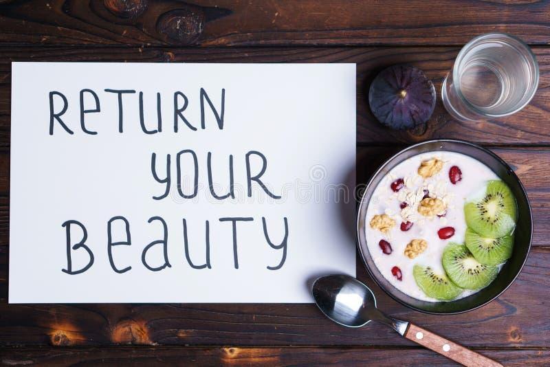 Inschrijvingsterugkeer uw schoonheid en gezond voedsel royalty-vrije stock afbeelding