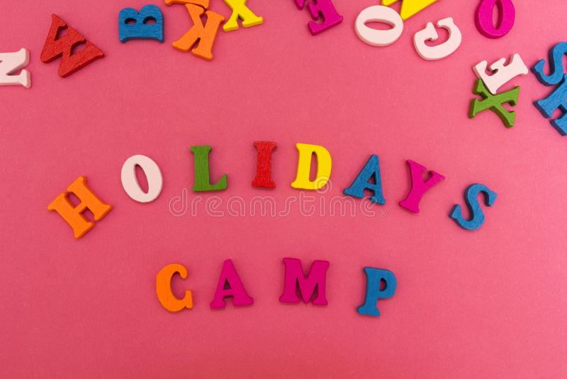 A inscrição é 'feriados acampa 'em um fundo cor-de-rosa foto de stock