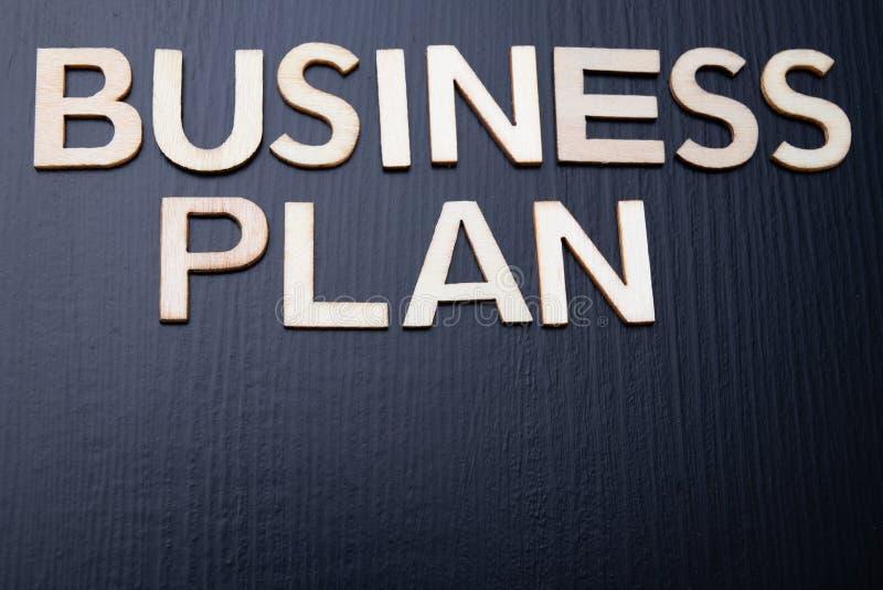 """A inscrição é arranjada das letras cortadas da madeira na tabela Plano de negócios do †da palavra """" imagens de stock"""