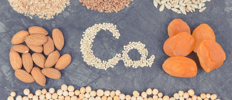 Inscrição Ca com alimentação saudável contendo cálcio, vitaminas e fibras foto de stock royalty free