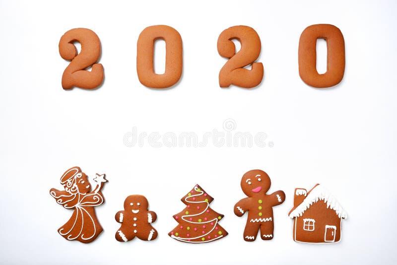 A inscrição 2020 comestível feito à mão do pão-de-espécie, fada, criança, árvore do ano novo, pouco homem e casa foto de stock royalty free