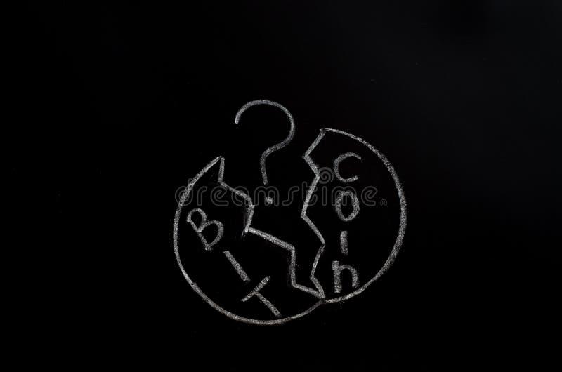 Inscrição de Bitcoin com giz branco em uma placa preta foto de stock