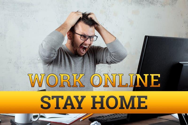 Inscrição de quarentena em casa, trabalho online, isolamento Coronavírus Um homem trabalha em casa Conceito Freelan, trabalho dis foto de stock royalty free
