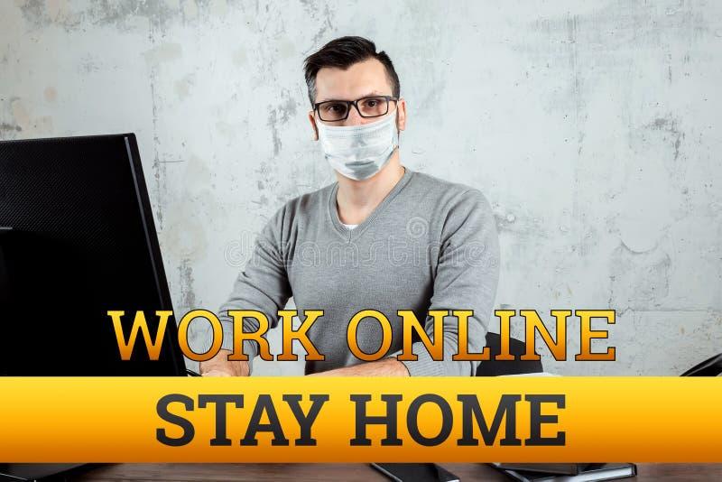 Inscrição de quarentena em casa, trabalho online, isolamento Coronavírus Um homem trabalha em casa Conceito Freelan, trabalho dis foto de stock