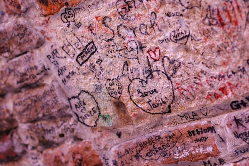 Inscrição do amor na superfície do granito fotografia de stock