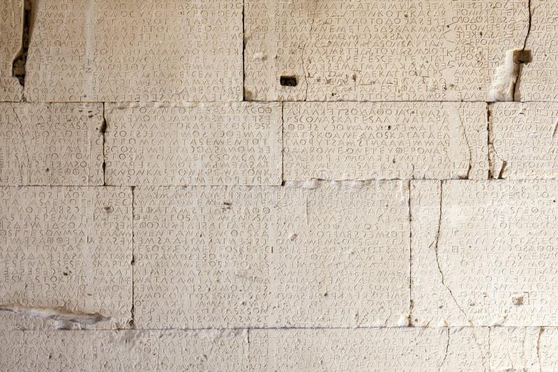 Inscrição do grego clássico nas lajes de pedra imagem de stock