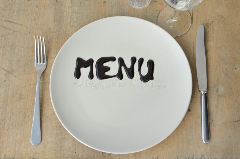 Inscrição do menu em uma placa Ajuste a tabela cutlery Vidros Apropriado como um fundo fotos de stock