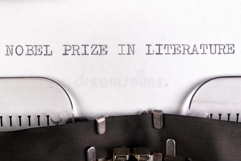 A inscrição do & x22;nobel prize na literatura & x22; numa folha branca numa máquina de escrever Prêmio Nobel da literatura fotografia de stock