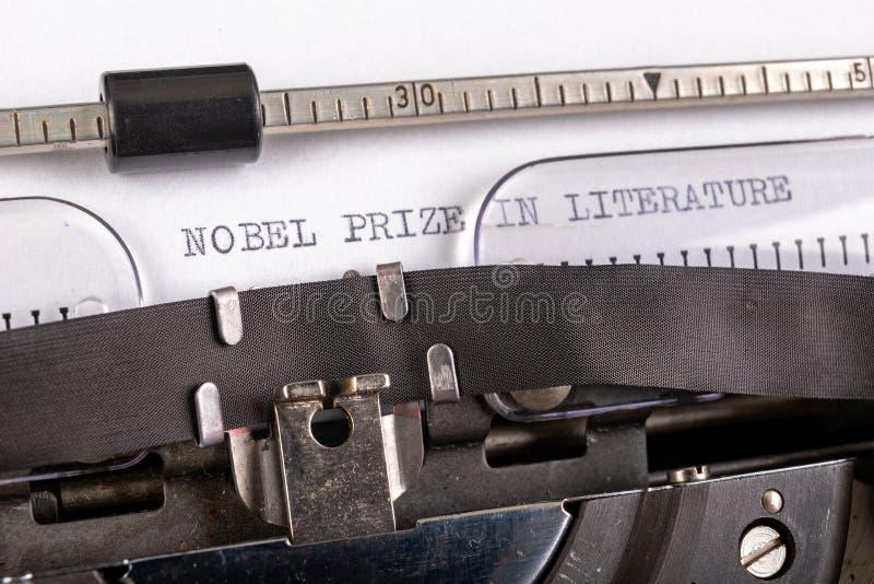 A inscrição do & x22;nobel prize na literatura & x22; numa folha branca numa máquina de escrever Prêmio Nobel da literatura imagem de stock royalty free