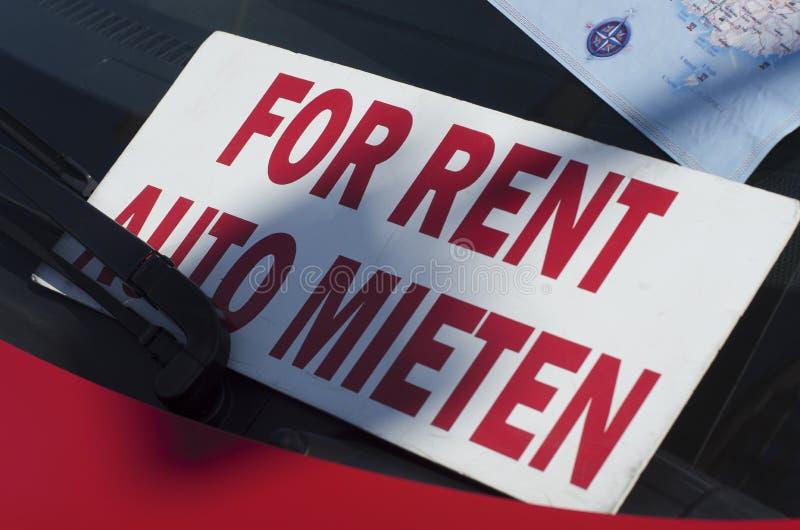Inscrição em letras vermelhas em inglês e em alemão 'para o aluguel ' fotografia de stock