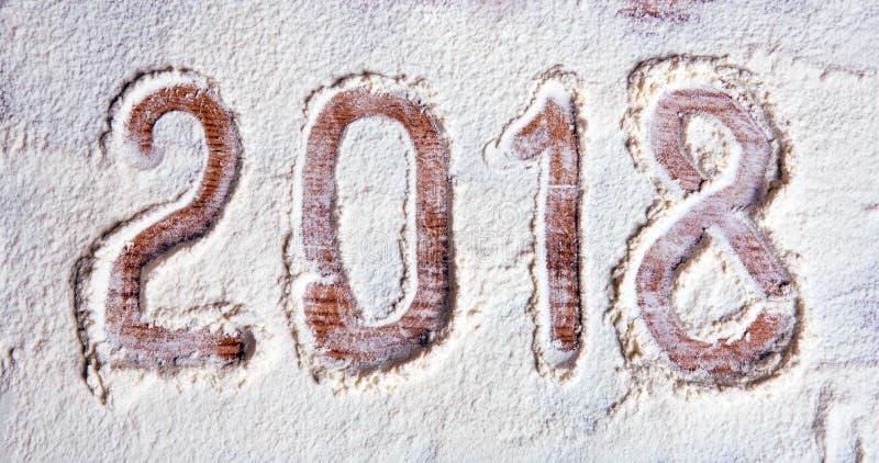 Inscrição 2018 em um fundo do ano novo da placa da farinha - conceito imagens de stock royalty free