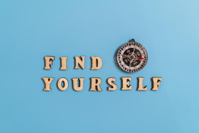 A inscrição encontra-se e o compasso em um fundo azul conceito de afirmar-se oneself na vida e de encontrar seu destino fotografia de stock royalty free