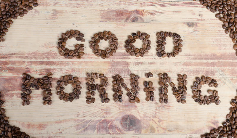 A inscrição no bom dia de madeira com feijões de café fotografia de stock