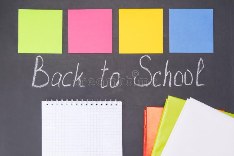 Inscrição no ` da administração da escola de volta ao ` da escola e etiquetas para notas, fundo imagens de stock