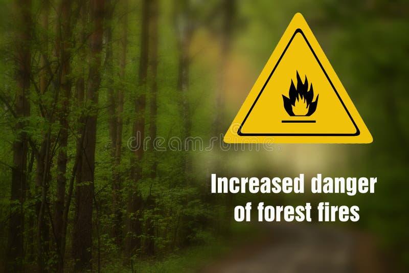 Inscrição: Perigo de incêndios florestais aumentado E um sinal do perigo do fogo imagens de stock