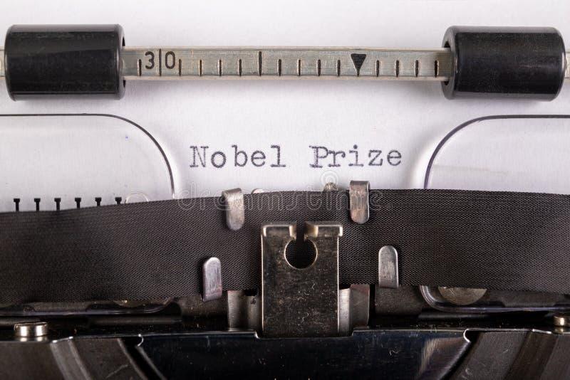 A inscrição 'prêmio nobel' numa folha branca numa máquina de escrever Prêmio Nobel da literatura foto de stock royalty free