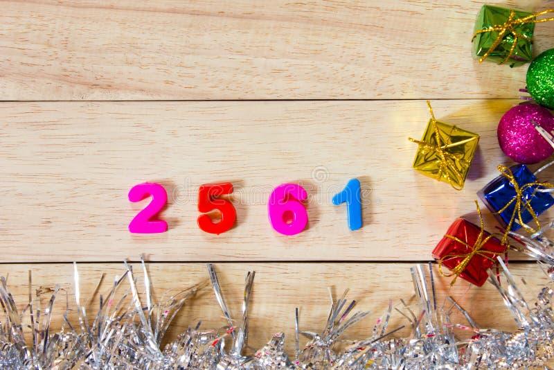Inscrição tailandesa do número 2561 do chiqueiro no fundo de madeira foto de stock