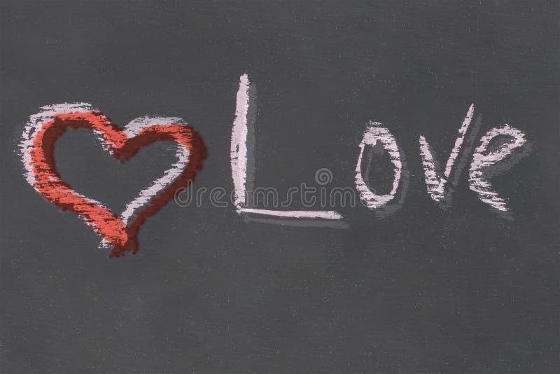 Inscrição vermelha do giz do amor do coração feito a mão na base festiva da arte preta do projeto da placa da ardósia imagem de stock