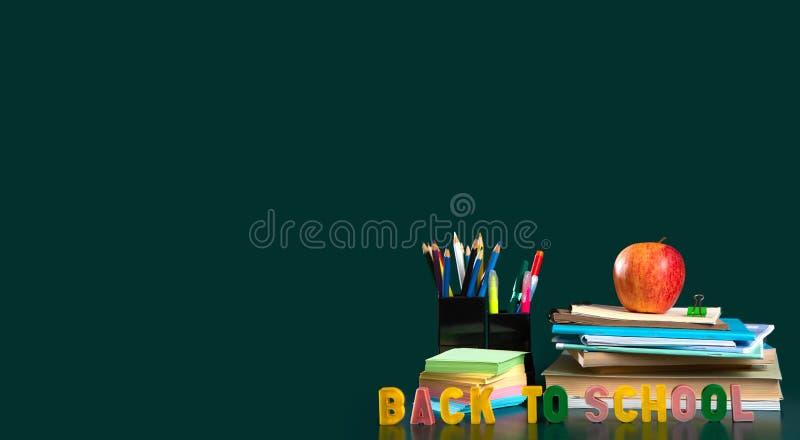 Inscri??o de volta ? escola Ainda vida com fontes de escola Fundo verde Cadernos, cadernos, canetas com ponta de feltro, colorida imagens de stock