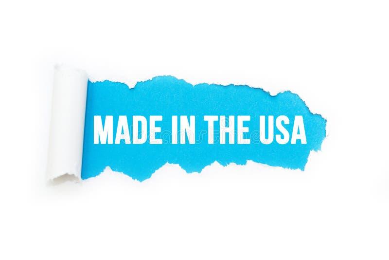 Inscripción aislada 'hecha en los E.E.U.U. 'en un fondo azul, rasgando el papel stock de ilustración