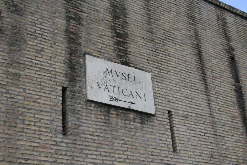 Inscripción antigua en la pared, pared de ladrillo, muestras antiguas, fondo, textos romanos imágenes de archivo libres de regalías