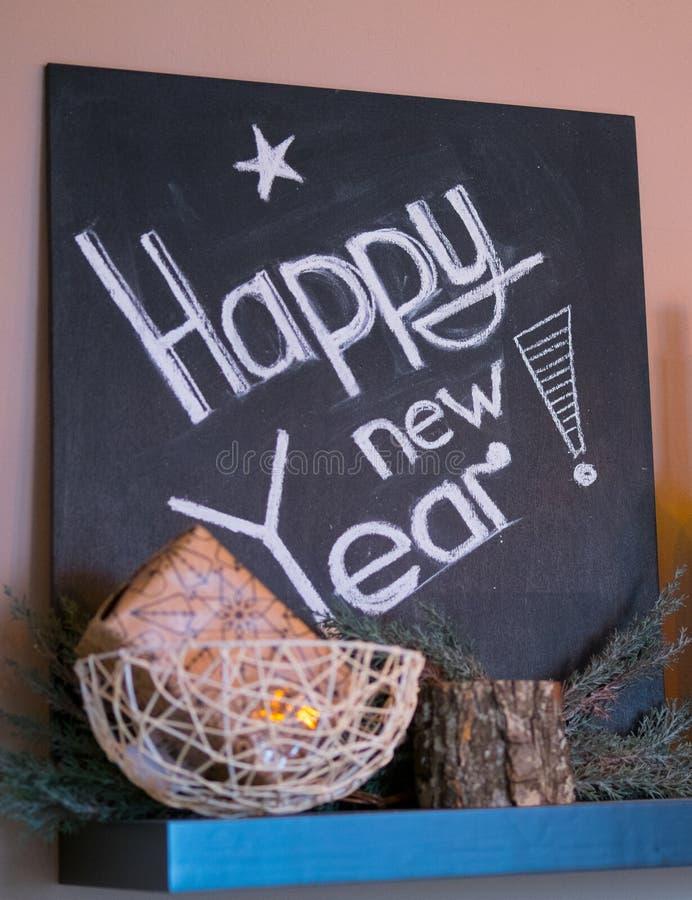 Inscripción de la Feliz Año Nuevo en la pizarra Muestra del Año Nuevo en la pizarra imagen de archivo