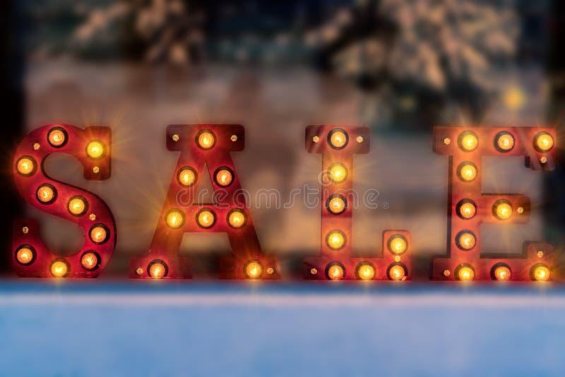 Inscripción de la venta de la Navidad hecha de las lámparas del bulbo imagen de archivo