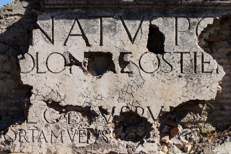 Inscripción de mármol en una ruina romana en Ostia antiguo Ejemplo de imagen de archivo libre de regalías